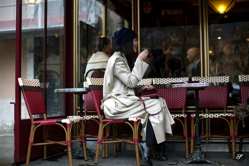 women_paris_cafe_fashion_photo_moment_street_style_coat_fashion_week_haute_couture_paris
